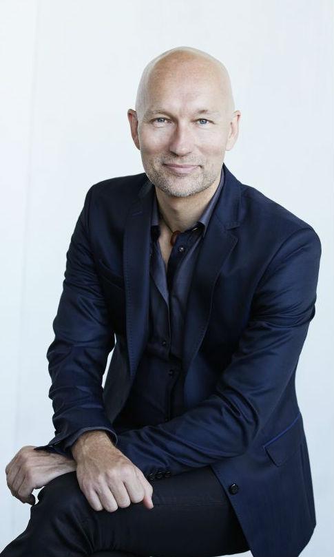 Mathias Valentino Persson er sexolog, coach, yogalærer og foredragsholder